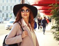 Retrato exterior da mulher de sorriso feliz bonita de Yong que veste o chapéu à moda, revestimento imagem de stock