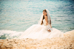Retrato exterior da noiva bonita nova da mulher no vestido de casamento na praia Imagens de Stock