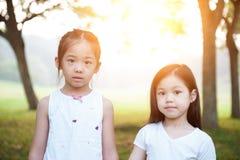 Retrato exterior das crianças asiáticas Foto de Stock