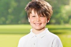 Retrato exterior de dez anos alegres do menino idoso Imagens de Stock