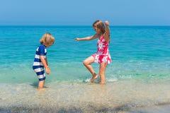 Retrato exterior de duas crianças adoráveis Imagem de Stock Royalty Free