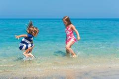 Retrato exterior de duas crianças adoráveis Foto de Stock Royalty Free