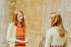 Retrato exterior de duas meninas engraçadas do preteen imagem de stock royalty free