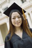Retrato exterior de la universidad del graduado joven de la hembra Imagenes de archivo