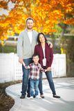 Retrato exterior de pais chineses e caucasianos da raça misturada e Fotos de Stock Royalty Free