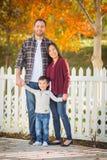 Retrato exterior de pais chineses e caucasianos da raça misturada e Foto de Stock Royalty Free