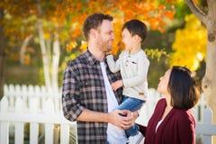 Retrato exterior de pais chineses e caucasianos da raça misturada e Fotografia de Stock