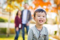 Retrato exterior de pais chineses e caucasianos felizes da raça misturada Foto de Stock