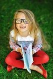 Retrato exterior de rir a menina doce em um parque imagem de stock royalty free
