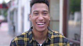 Retrato exterior de rir o homem africano novo video estoque