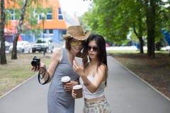 Retrato exterior de três amigos que tomam fotos com um smartphone Fotos de Stock Royalty Free