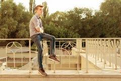 Retrato exterior de um adolescente 14, 15 anos velhos Fundo urbano Fotos de Stock Royalty Free