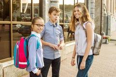 Retrato exterior de um grupo de crianças adolescentes fotografia de stock