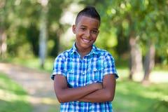 Retrato exterior de um menino preto adolescente bonito - pessoa africano Fotografia de Stock Royalty Free