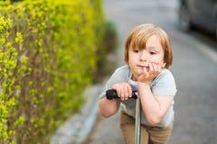 Retrato exterior de um rapaz pequeno bonito Fotografia de Stock Royalty Free