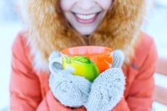 Retrato exterior de uma jovem mulher de sorriso em uma capa da pele Drinkin imagem de stock royalty free