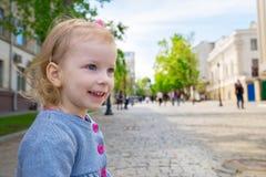 Retrato exterior de uma menina bonito em uma cidade, sorrindo Imagem de Stock