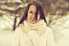 Retrato exterior de uma menina de sorriso bonita no inverno Fotografia de Stock Royalty Free