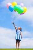 Retrato exterior de uma menina preta pequena nova bonito que joga com Fotografia de Stock Royalty Free