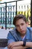 Retrato exterior del muchacho adolescente Adolescente hermoso que se sienta en las escaleras solamente Imágenes de archivo libres de regalías