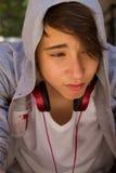 Retrato exterior del muchacho adolescente melancólico y triste que se sienta en las escaleras solamente Foto de archivo libre de regalías