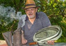 Retrato exterior do apicultor idoso farpado do homem Imagens de Stock