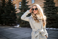 Retrato exterior do close up da forma da mulher bonita nova nos sunglases que anda na rua imagens de stock royalty free