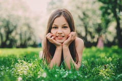 Retrato exterior do close up da mola de 11 anos adoráveis da menina idosa da criança do preteen Foto de Stock