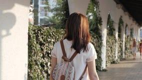 Retrato exterior do estilo de vida da jovem mulher que anda abaixo da rua, curso com trouxa, equipamento ocasional à moda, nivela Fotografia de Stock