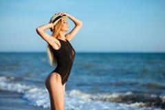 Retrato exterior do estilo de vida da menina bonita no roupa de banho preto fotos de stock royalty free