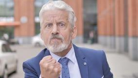 Retrato exterior do homem de negócios velho irritado gritando video estoque