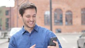 Retrato exterior do homem novo que toma Selfie no telefone vídeos de arquivo