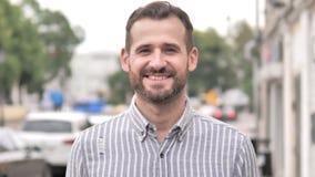 Retrato exterior do homem ocasional de sorriso da barba video estoque