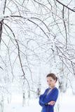 Retrato exterior do inverno da mulher atrativa nova Foto de Stock