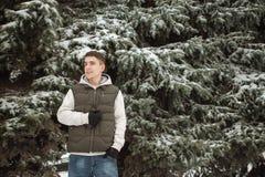 Retrato exterior do inverno para o homem considerável novo Adolescente bonito em seus revestimento e veste que levantam em uma ru imagens de stock