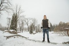 Retrato exterior do inverno para o homem considerável novo Adolescente bonito em seus revestimento e veste que levantam em uma ru fotos de stock