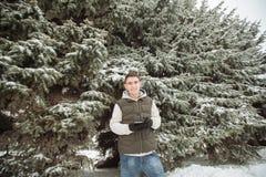 Retrato exterior do inverno para o homem considerável novo Adolescente bonito em seus revestimento e veste que levantam em uma ru foto de stock