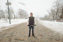 Retrato exterior do inverno para o homem considerável novo Adolescente bonito em seus revestimento e veste que levantam em uma ru imagem de stock royalty free