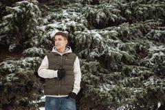 Retrato exterior do inverno para o homem considerável novo Adolescente bonito em seus revestimento e veste que levantam em uma ru fotos de stock royalty free