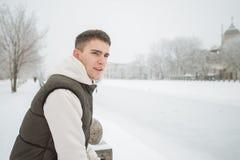 Retrato exterior do inverno para o homem considerável novo Adolescente bonito em seus revestimento e veste que levantam em uma ru foto de stock royalty free