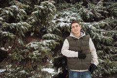 Retrato exterior do inverno para o homem considerável novo Adolescente bonito em seus revestimento e veste que levantam em uma ru fotografia de stock royalty free