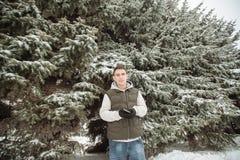 Retrato exterior do inverno para o homem considerável novo Adolescente bonito em seus revestimento e veste que levantam em uma ru imagens de stock royalty free