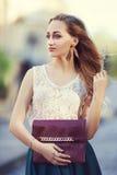 Retrato exterior do levantamento de passeio da senhora elegante bonita nova na rua Roupa à moda vestindo modelo Menina foto de stock