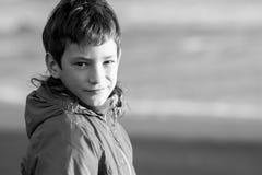 Retrato exterior do menino adolescente de sorriso feliz novo no natu exterior fotos de stock