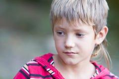 Retrato exterior do menino da criança imagem de stock