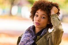 Retrato exterior do outono do woma novo afro-americano bonito fotos de stock