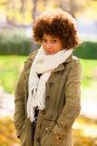 Retrato exterior do outono do woma novo afro-americano bonito Imagem de Stock Royalty Free