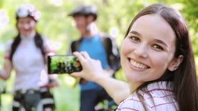 Retrato exterior dos amigos que tomam fotos com smartphone vídeos de arquivo