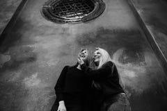 Retrato exterior dos jovens adolescentes bonitos felizes que viajam na cidade europeia velha, Lviv, Ucr?nia imagens de stock