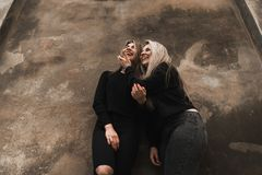Retrato exterior dos jovens adolescentes bonitos felizes que viajam na cidade europeia velha, Lviv, Ucr?nia fotografia de stock royalty free